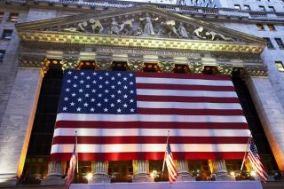 Αξιόλογα κέρδη στη Wall Street ενώ το εκλογικό θρίλερ συνεχίζεται