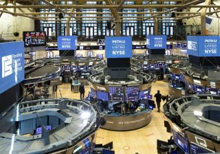 Wall: Οικονομικά νέα και πακέτο τόνωσης καθορίζουν την τάση
