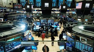 Ήπιες διακυμάνσεις στη Wall Street σε μία εβδομάδα έντονης μεταβλητότητας